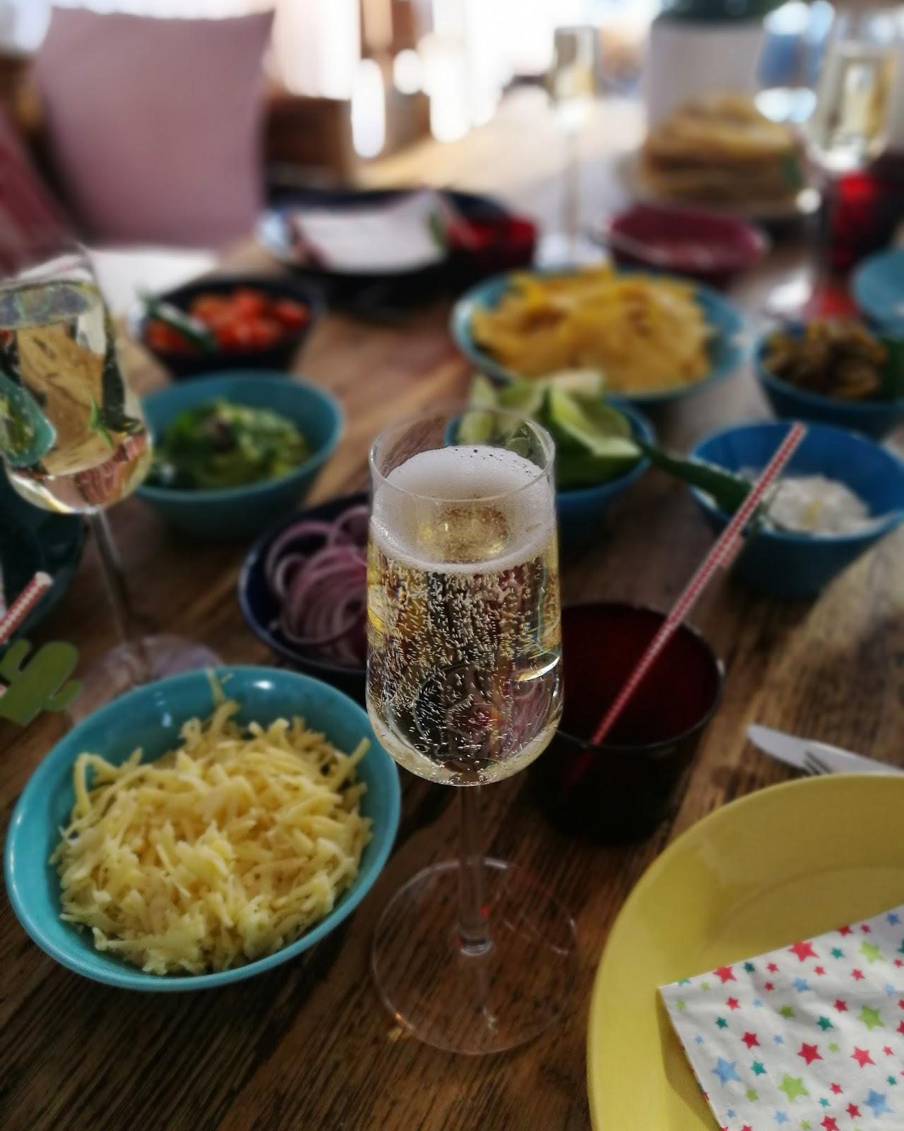 Kinderjuustokakkua, ystäviä, meksikolaista ruokaa ja mitä tuli mokattua